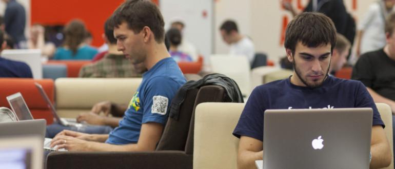 Empleados de Facebook trabajando con su MacBook.