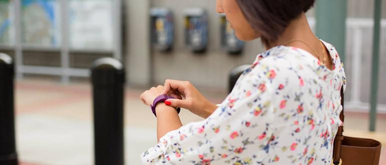 Mujer mirando su Fitbit