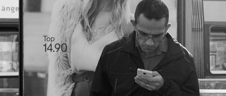 Mirando su smartphone.